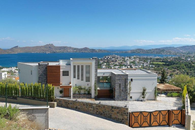 Iconic Luxury Villa, Inside and Outdoor Private Pools, Sea Views